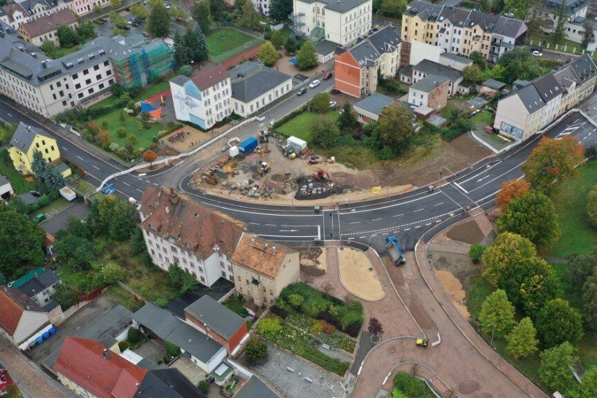 Während die B 175 im Bereich des Gedächtnisplatzes und des sich anschließenden Abschnittes der Straße Zum Sternplatz fertig sind, fehlt auf der Zwickauer Straße noch die Asphaltdecke.