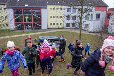 Raus in die Natur: Das ist das Beste, was die Kids der Karl-Marx-Grundschule tun können, wenn's drinnen mal wieder zu eng wird. Unser Foto entstand noch vor dem Lockdown auf dem großräumigen Schulhofgelände.