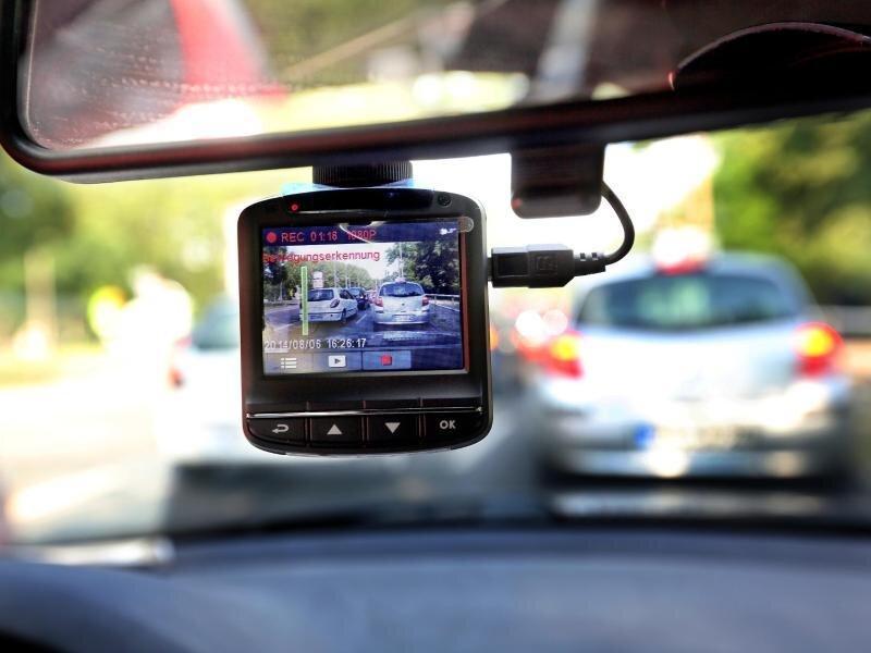 Eine Dash-Cam kann im Fall eines Unfalls den Hergang wiedergeben. Doch ob die Aufnahmen auch als Beweis vor Gericht zugelassen sind, ist noch offen.