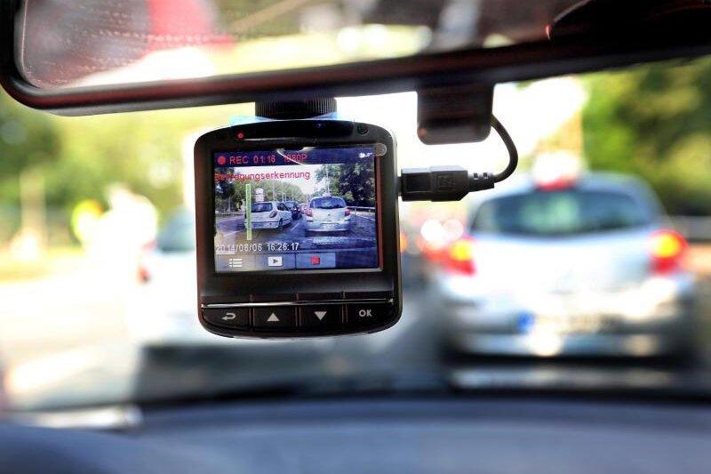 Rasanter Audifahrer filmt Fahrt mit Dash-Cam - mehrere Anzeigen