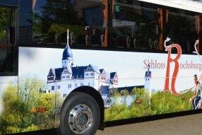Ein Fahrzeug von Regiobus, mit Motiven von Schloss Rochsburg soll Werbung für das Kleinod an der Mulde machen - und Besucher auch zum Schloss fahren.