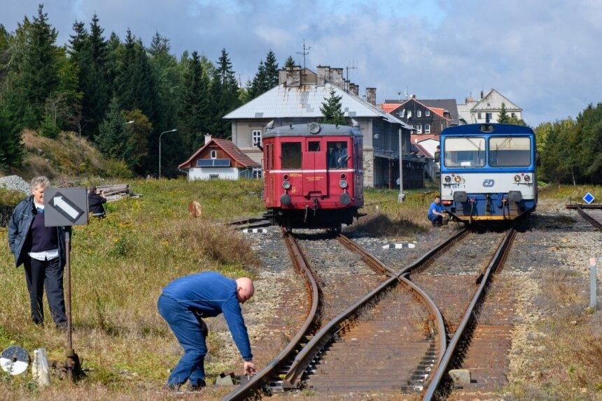 Noch enden die Bahnfahrten auf tschechischer Seite von Most zum Erzgebirgskamm in Moldova, im Bild der Bahnhof der Gemeinde. Auf deutscher Seite ist in Holzhau Endpunkt für die Bahn aus Freiberg. Seit Jahren wird darum gerungen, die Strecke wieder durchgängig zu bauen.