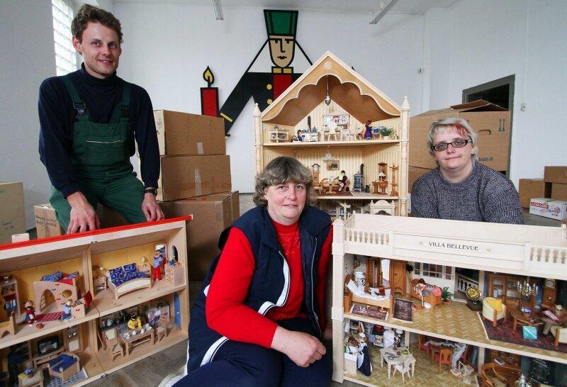 """<p class=""""artikelinhalt"""">Jens Beyer, Birgit Uhlig und Kathrin Göbel (rechts) werden in einem Projekt des Christlichen Jugenddorfwerks die Ausstellung in Borstendorf vorbereiten. Begeistert begutachteten sie am Montag einige Puppenhäuser aus der Bodo-Hennig-Sammlung. </p>"""