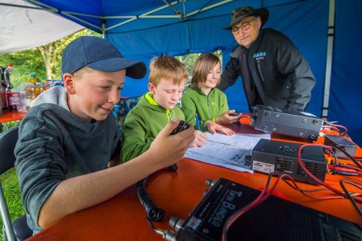 Die Zwönitzer Gymnasiasten Jannik Martin, Oscar Veit, Oskar Auerswald (von links) waren am Wochenende mit beim Fieldday am Forstteich bei Schneeberg. Die Arbeitsgemeinschaft unter Leitung von Heiko Meier (hinten) hat das große Ziel, Ende des Jahres zur Antarktis zu funken.
