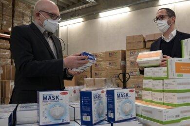 OB Sven Schulze (links) nimmt von Edeka-Bereichsleiter Toni Kunze eine Spende mit Schutzmasken und Schnelltests entgegen.