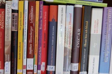 """Literatur zu allen Aspekten der Sterbebegleitung kann angehenden Hospizhelfern für ihre Tätigkeit eine große Hilfe sein. Im Gemeinschaftsraum der Anlage für Betreutes Wohnen """"Waldschlösschen"""" der Johanniter-Unfall-Hilfe in Oelsnitz steht ihnen dafür eine große Auswahl an Büchern zur Verfügung."""