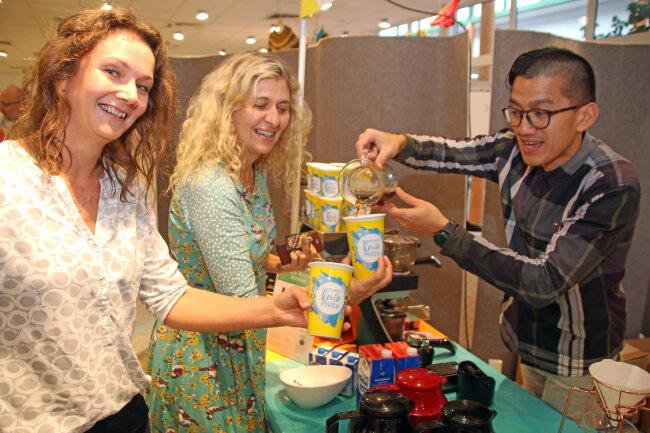 Nicolas Sihombing gießt Sylva Sternkopf und Kerstin Kunze (v.r.) köstlichen Kaffee aus Indonesien ein, der in Döbeln geröstet und verfeinert wird.
