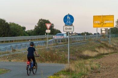 Ab Reumtengrün begleitet ein Fuß- und Radweg die Auerbacher Straße in Richtung Richardshöhe - bis zur Brücke, die die künftige Göltzschtalumgehung überquert. Danach wirds für Radfahrer und Fußgänger knifflig und gefährlich: Auf der Brücke gibt's nur einen Behelfsweg zwischen Geländer und Leitplanke, im Kreisverkehr dahinter wird's nicht einfacher.
