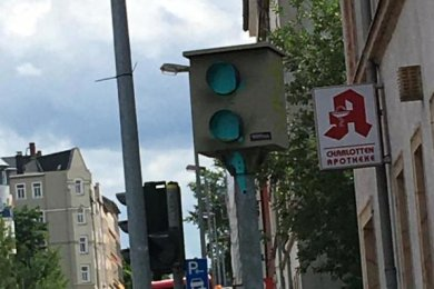 Besprüht: der Blitzer an der Clausstraße.