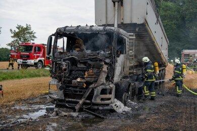 Von der Zugmaschine des Kippsattelzuges, der am Arraser Busch Löschkalk abladen wollte, ist nach dem Brand nicht mehr viel übrig geblieben.