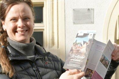 Babett Erler, die Tourismus-Chefin der Stadtverwaltung, präsentierte beim Auftakt der Beschilderungsaktion zum Welterbe auch das neue Faltblatt.
