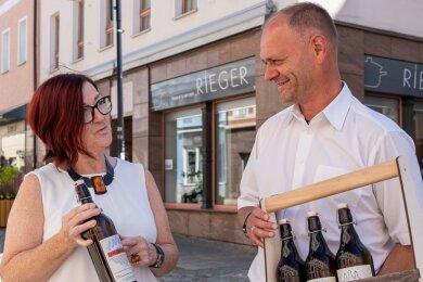 """Steffen Fohlert wird sein """"Awerbacher Bier"""" künftig in den Räumen hinterm Haushaltwarengeschäft Rieger brauen und im Geschäft von Christine Rieger anbieten - auch in einer neuen """"Männerhandtasche""""."""