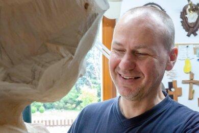 Holzbildhauermeister Friedhelm Schelter gestaltet die neue Figurengruppe für den Annaberger Krippenweg. Von seiner Werkstatt aus geht es direkt zu Kunstmaler Günther Kreher nach Wiesa, der die Bemalung übernimmt.