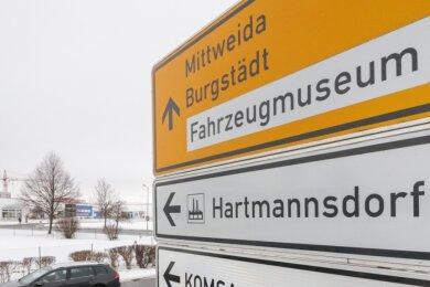 Die Gemeinde Hartmannsdorf will eine neue Einfahrt ins Gewerbegebiet aus Richtung Mühlau bauen. Auf dem Foto ist ein Hinweisschild zum Areal an der S 242/Burgstädter Straße zu sehen.