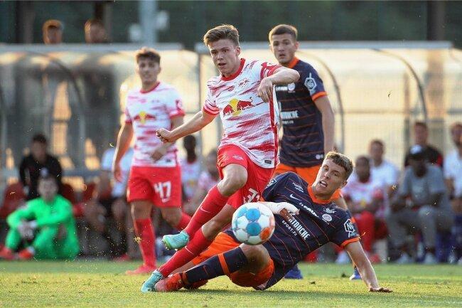 Sidney Raebiger (hier im Testspiel gegen Montpellier) hat mit seinen 16 Jahren schon den Sprung in den Kader der Profimannschaft von RB Leipzig geschafft. Der Mittelfeldspieler stammt aus Brand-Erbisdorf in Mittelsachsen und wurde beim SV Fortuna Langenau entdeckt.