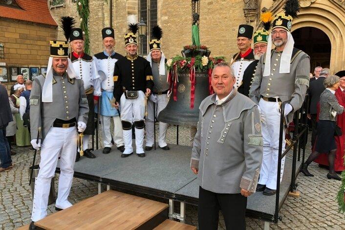 """Unterstützung für die Glockenweihe in Merseburg hatten die """"Hilligers"""" durch die Historische Freiberger Berg- und Hüttenknappschaft. Acht Mitglieder, angeführt vom Vorsitzenden Heiko Götze (4. v. l.), sowie der Vorsitzende des Hilliger-Vereins Volker Haupt (rechts) nahmen teil."""