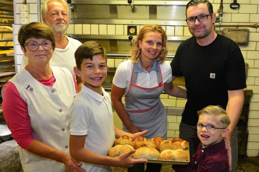 """Drei Generationen der Bäckerei Kirsten in Hainichen am """"alten Ofen"""": Vorn die Kinder Scott (r.) und Billy, dahinter die Eltern Steffi und Nils, links die Großeltern Michael und Gerlinde."""