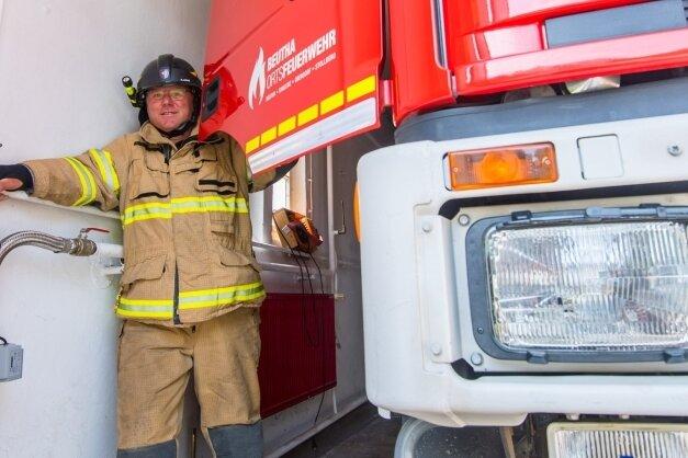 In der Garage ist es so eng, dass die Feuerwehrleute draußen ins Auto einsteigen müssen. Nicht das einzige Problem am aktuellen Standort. Rainer Lemke ist der Ortswehrleiter.