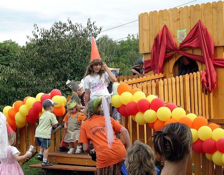 """<p class=""""artikelinhalt"""">Jetzt hat die Kindertagesstätte in Wiesenburg eine Wiesen-Burg. Bei einem zünftigen Ritterfest nahmen die Mädchen und Jungen das neue, außergewöhnliche Spielgerät begeistert in Besitz.  </p>"""