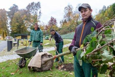 Jan Schreier (v. l.), Klara Kluge und Thomas Fischer von der Firma König & Partner Grünanlagenbau aus Gornau haben kürzlich die letzten Bäume gepflanzt.