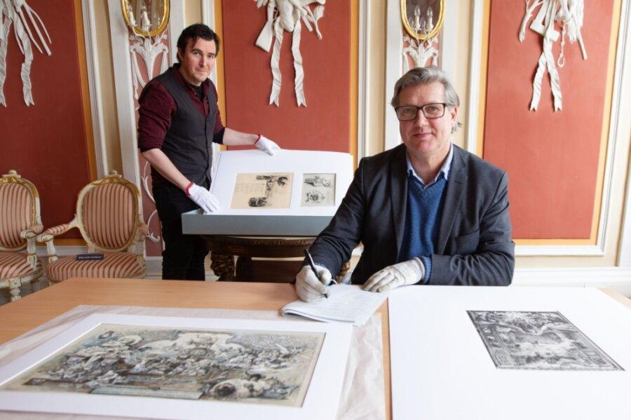 Vor der Ausstellung erfolgt die wissenschaftliche Aufarbeitung: Ausstellungsmanager Lukas Mathiaschek und Museumsdirektor Martin Salesch (rechts) analysieren derzeit die Blätter von Hermann Vogel.