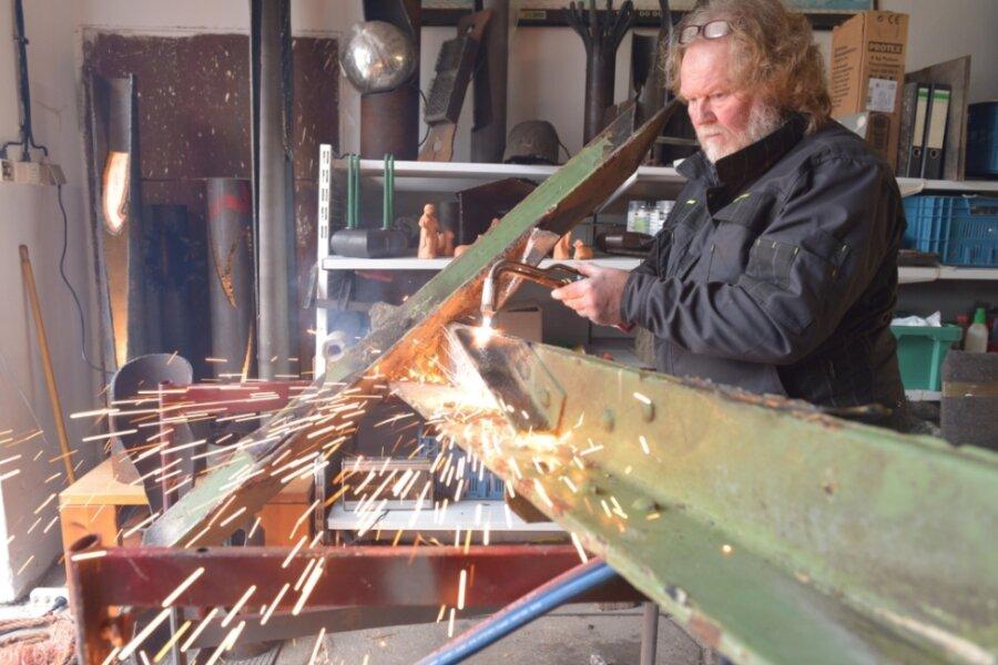 Metallbildner Hans Werner Gassmann aus Niederbobritzsch öffnet seine Werkstatt für Gäste.