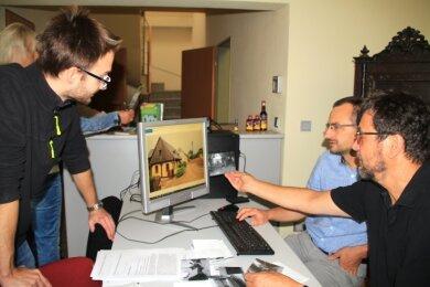Thomas Stark, der Vorsitzende des Fördervereins, Museumsleiter Michael Heuck und Thomas Pollrich vom Vorstand des Vereins verglichen die neuen Aufnahmen mit den Originalfotos.