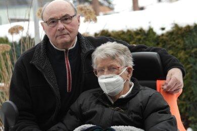Günter Pastoors pflegt seine schwerkranke Frau Hannelore und hofft auf eine baldige Impfung gegen Corona.