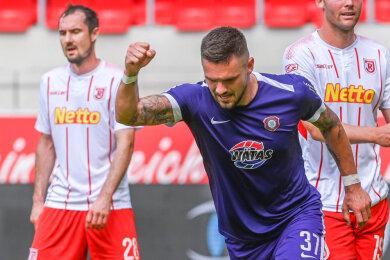 Pascal Testroet vom FC Erzgebirge jubelt nach seinem Treffer zum 1:1 gegen Regensburg.