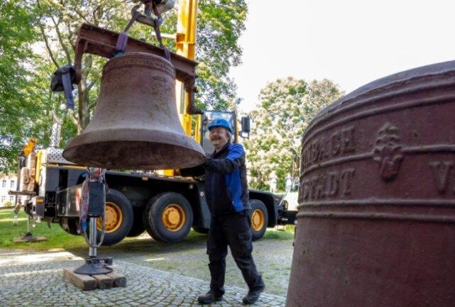 Binnen kurzer Zeit waren die alten Glocken vom Turm geholt. Im Bild: Thomas Fötsch von der Glockenläute- und Elektroanlagen GmbH Heidenau.