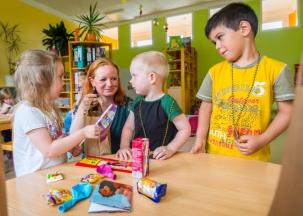 """""""Das ist für uns?"""" Alin Heinrich machte allen Kindern eine große Freude, sie ging zu zwei Krippen- und sechs Kindergartengruppen. Auf dem Foto überrascht sie Elisabeth, Leonardo und Nils (von links)."""
