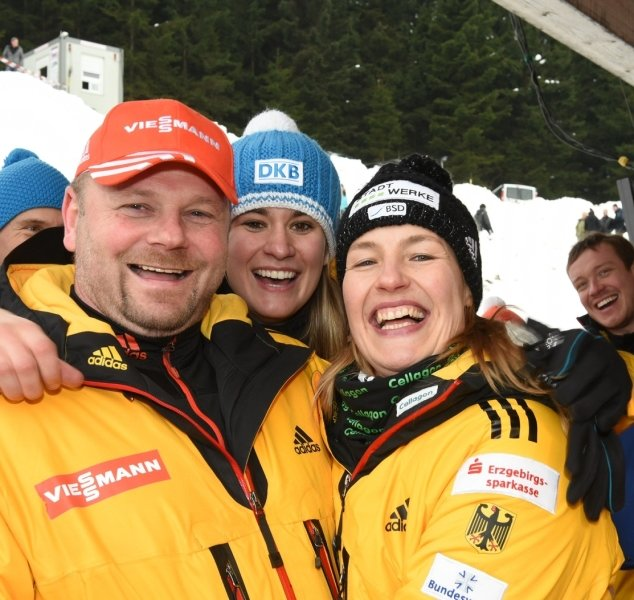 Ein glückliches Trio nach dem Weltcuprennen in Altenberg: Anke Wischnewski (r.) mit Ehemann Torsten Görlitzer und Teamgefährtin Natalie Geisenberger.