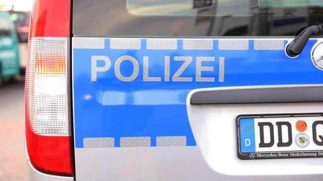 Ein 31-Jähriger hat in einem Mehrfamilienhaus in Hohenstein-Ernstthal Polizisten mit einem Messer bedroht.