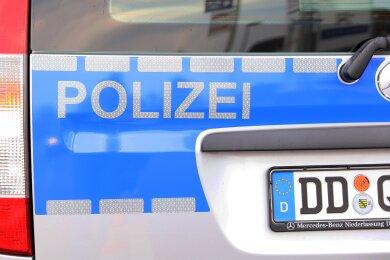Ein 29-Jähriger ist am Sonntag in Meerane von zwei Unbekannten in seiner Wohnung ausgeraubt worden.