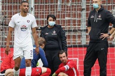 Bei der 1:2-Auswärtsniederlage gegen St. Pauli verletzte sich Martin Männel (rotes Trikot) an der rechten Schulter. Die medizinische Abteilung und Verteidiger Malcolm Cacutalua (links) sind genauso bedient wie der FCE-Kapitän.