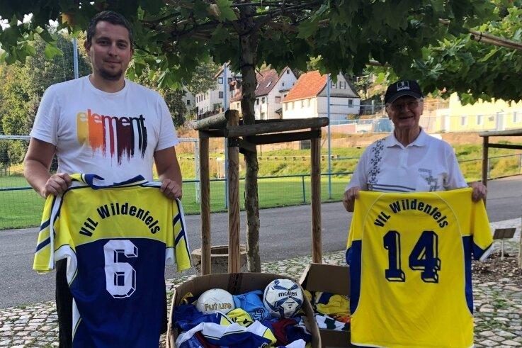 Mit zwei Kisten voller Fußballkleidung und einigen Bällen machte VfL-Vereinschef Patrick Hein (links) vor kurzem Bernd Weißbach von der Kinderhilfe Westafrika eine Freude.