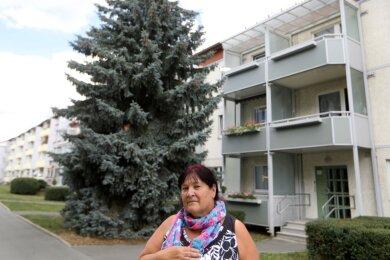 Sabine Geitner vor der Tanne an der Oststraße 120. Die umweltbewusste Meeranerin macht sich für den Erhalt des gesunden Baumes an diesem Standort stark. Das passt nicht jedem.