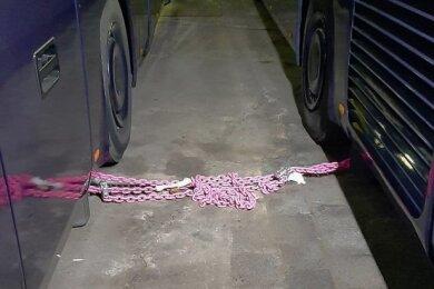 Mit einer Eisenkette hatten Polizeibeamte die Hinterachsen der zwei Reisebusse in Plauen blockiert.