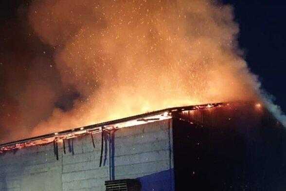 Das Dach der Scheune wurde zerstört. Ein Übergreifen der Flammen auf den angrenzenden Stall konnten die Kameraden aber verhindern.