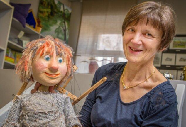 """Seit 1987 arbeitet Erika Wünsch in Oederans Stadtverwaltung. Angefangen hat sie als Bibliothekarin. Heute ist sie die Kulturverantwortliche der Stadt. Hier ist sie mit Museumsmaskottchen """"Wuschel"""" zu sehen."""