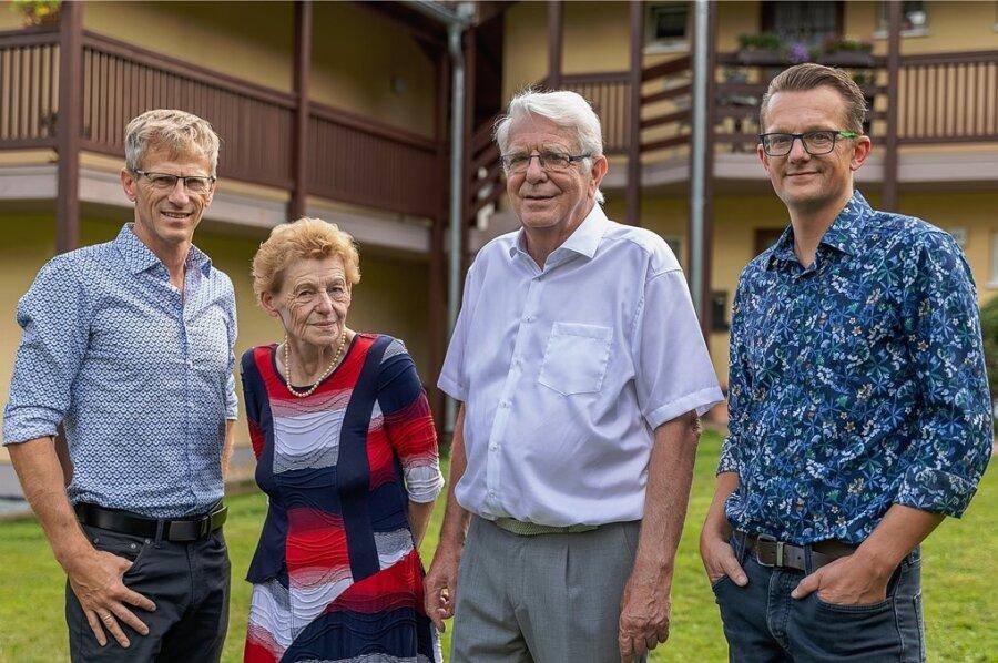 Die Unternehmerfamilie Tiepner (von links): René Tiepner (49) leitet mittlerweile den ambulanten Pflegedienst, die Gründer Margitta (69) und Frank (73) Tiepner haben sich aus dem aktiven Geschäft zurückgezogen, Robert Gründer der Anlage, Robert Tiepner (42) leitet die Wohnanlage.
