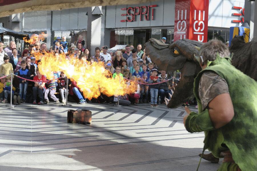 Der feuerspuckende Drache hat eine Länge von zwölf Metern.