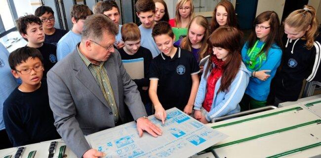 Stefan Kalinsky, Leiter für Innere Verwaltung, ist ein erfahrener Experte. Wie diese Schüler können am 5. Mai alle Interessierten die Druckhaus-Technik aus der Nähe erleben.