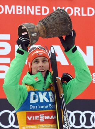 Sieger Eric Frenzel aus Deutschland hebt den Schwarzwaldpokal bei der Siegerehrung in die Höhe.
