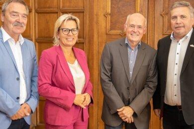 Klaus Hermann (l.), Barbara Klepsch und Rolf Schmidt (r.) konnten sich als Oberbürgermeister der Kreisstadt immer auf Matthias Förster verlassen. Das ließen sie ihn am Montag noch einmal ganz offiziell wissen.
