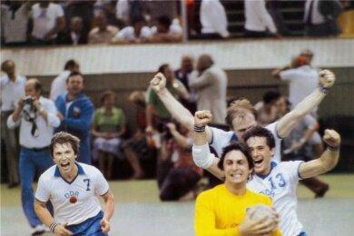 Moskau 1980: Das Endspiel ist aus, die DDR-Handballer sind Olympiasieger und Torhüter Wieland Schmidt ist nicht mehr zu halten.