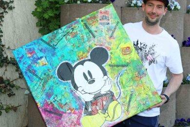 Nico Blasche zeigt eine Collage, bei der die Mickey Mouse im Mittelpunkt steht.