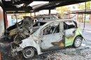 In einem Carport einer Wohnanlage in Flöha haben in der Nacht zu Freitag mehrere Autos gebrannt.