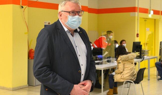 Landrat Matthias Damm schaute sich zu Wochenbeginn im Impfzentrum des Landkreises um, das im ehemaligen Simmelcenter in Mittweida eröffnet hat.
