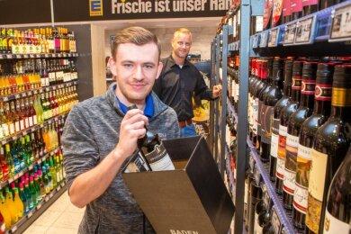 Der Chef im Hintergrund: Edeka-Marktbetreiber Christian Gabriel ist stolz auf Azubi Robert Katzorreck, der einen Super-Abschluss hingelegt hat.
